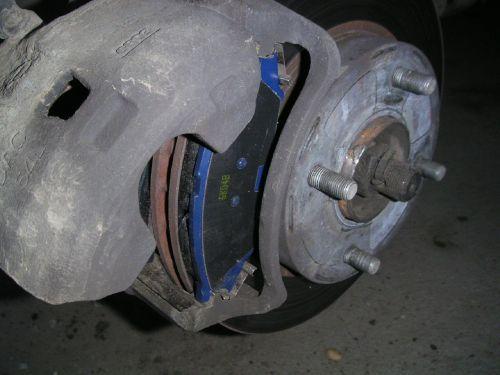 Извлечение старых тормозных колодок